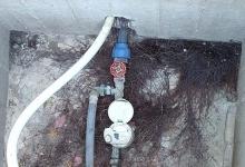 Furt de apă masiv identificat de reprezentanţii S.C. Apă Canal 2000 S.A.pe străzile Baloteşti şi Lă...