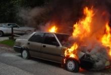 Autoturism în flăcări pe A1